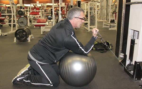 Bicep curls on the ball add new elements to the process of strengthening muscles.